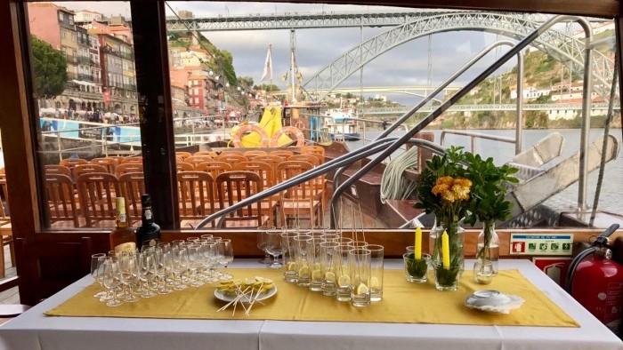 Mesa de bebidas para os aperitivos
