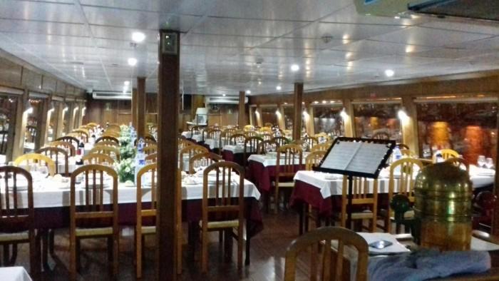 Interior, Jantar de Aniversário a Bordo