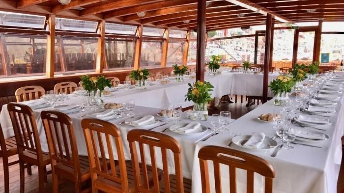 Cruzeiro com almoço ou jantar a bordo para grupos